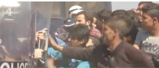 Приведени невладини активисти во врска со насилниот обид на бегалците за влез во Македонија