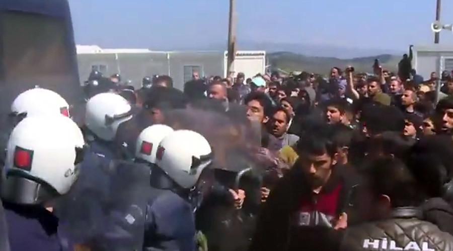 ВИДЕО: Судири помеѓу полицијата и мигрантите на Идомени