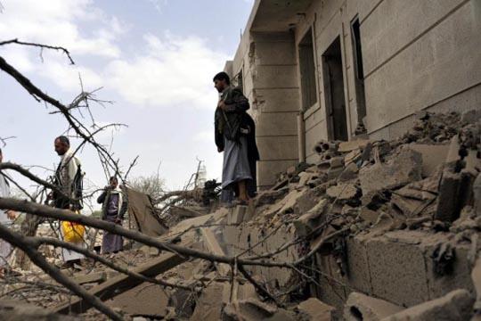 Над 100 цивили загинаа во бомбардирања на пазар во Јемен