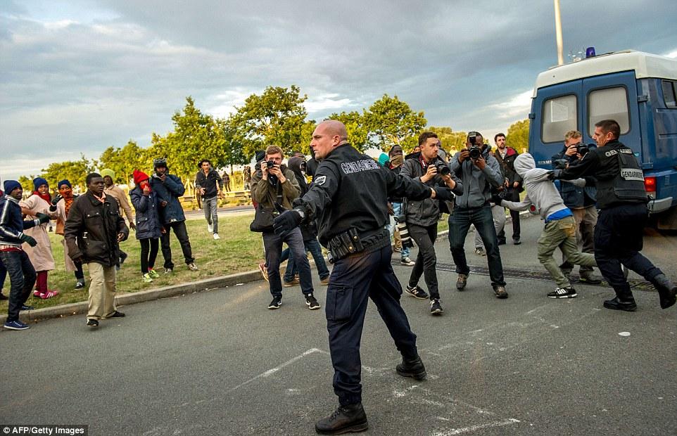 ВИДЕО: Мигрантите кај Кале го блокираа патот и се судрија со полицијата