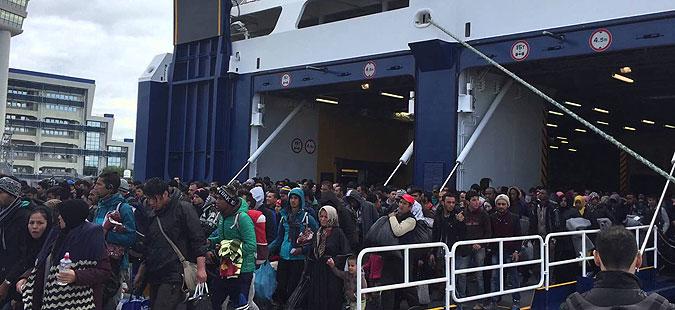Во Пиреја пристигнаа повеќе од 500 бегалци и мигранти