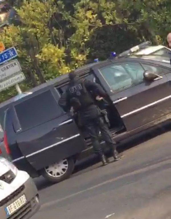 Нема заложничка криза во Париз, напаѓачот е упасен