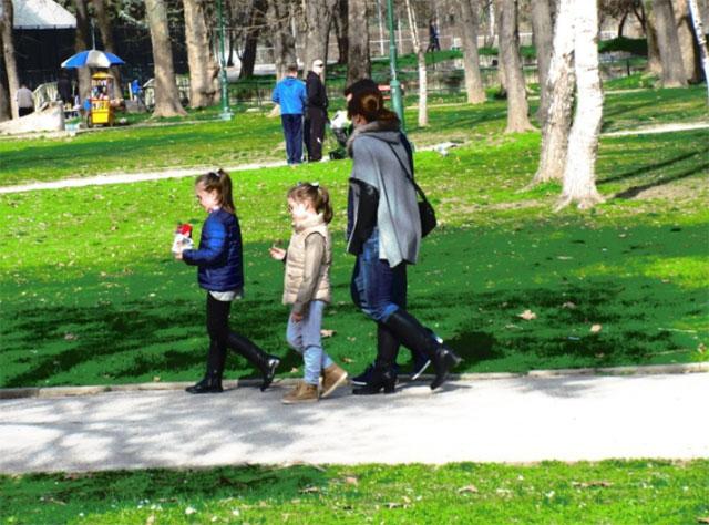 Груевски со семејството се прошета низ Градскиот парк (ФОТО)