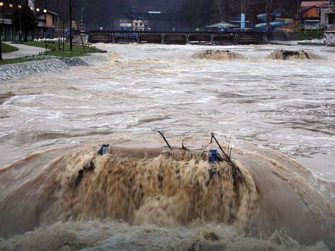 ФОТО: Невреме во Србија – поплавени куќи, училишта, блокиран сообраќај…