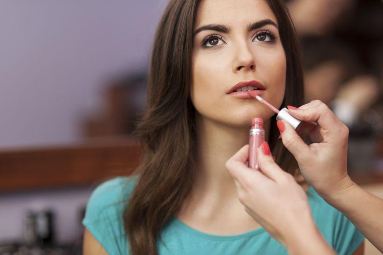 Трикови за сјајот за усни подолго да трае