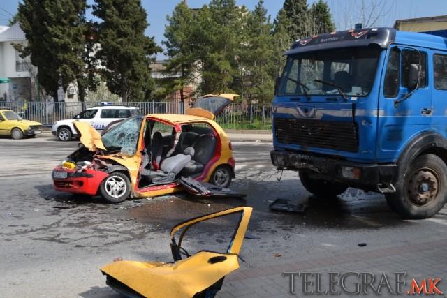 АВТОМОБИЛОТ СМАЧКАН: Пожарникари едвај го извадиле телото на загинатиот во сообраќајката кај Велес