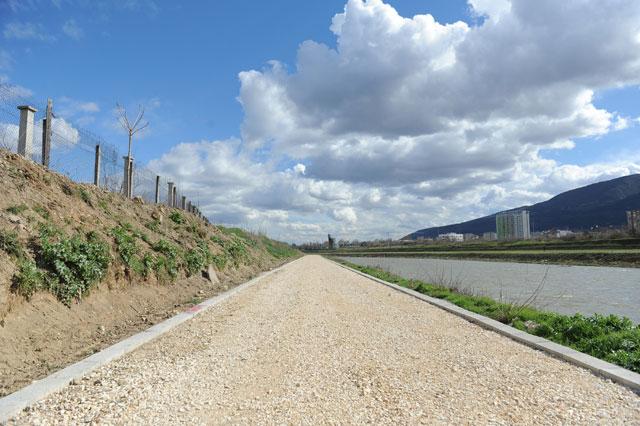 """ФОТО: Се гради ролерско-велосипедска патека од мостот """"8 Септември"""" до вливот на Лепенец во Вардар"""
