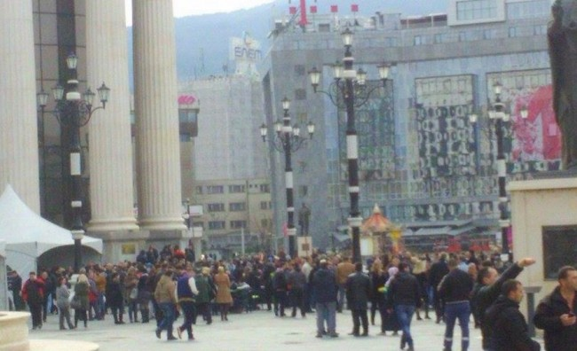 Граѓани со поддршка за институциите се собираат пред Уствен