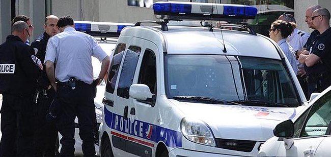 ©PHOTOPQR/OUEST FRANCE/ FRANCK DUBRAY/LE  14/05/2012/Des policiers nantais recherchent un garçon de 13 ans qui s' est jeté dans la Loire. L'adolescent  qui avait été mis en examen la veille pour des home-jackings, était au volant d' une voiture volée. Il  a blessé trois policiers gravement lors de l' interpellation.
