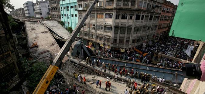 Пет лица уапсени заради уривањето на надвозникот и 25-те жртви во Индија