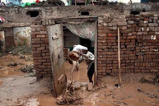 Најмалку 53 загинати при поројни дождови во Пакистан