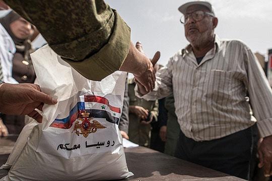 Сирија: Руската војска донесе пет тони хуманитарна помош во градот Хама