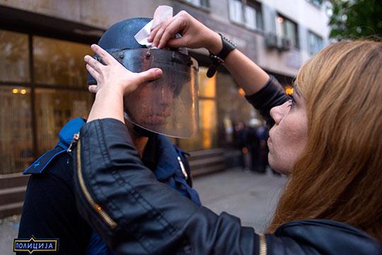 ФОТО: Наќе Батев - Насилни протести пред народната канцеларија на Претседателот на РМ