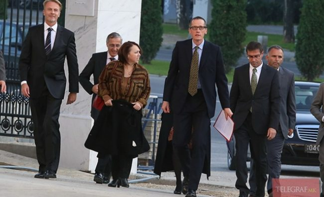 """""""Вечер"""": Кој ги брифира меѓународните преставници во Македонија?"""