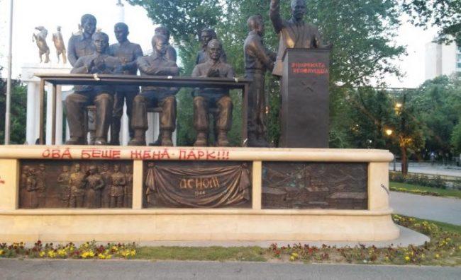 Заев и Жерновски немо го гледаа сквернавењето на споменикот за АСНОМ