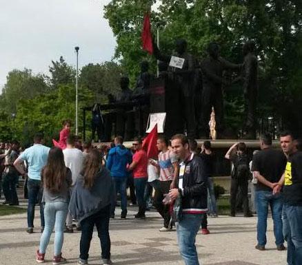 ФОТО: И УЧК по примерот на Заев го осквернави спомен обележјето на АСНОМ