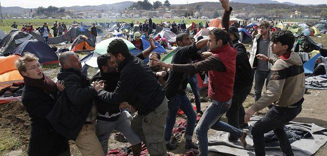 """""""Дејли Меил"""": Лажни пораки предизвикуваат насилство на грчко-македонската граница"""