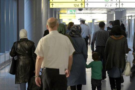Првите Сиријци пристигнаа со авион во Германија од Турција