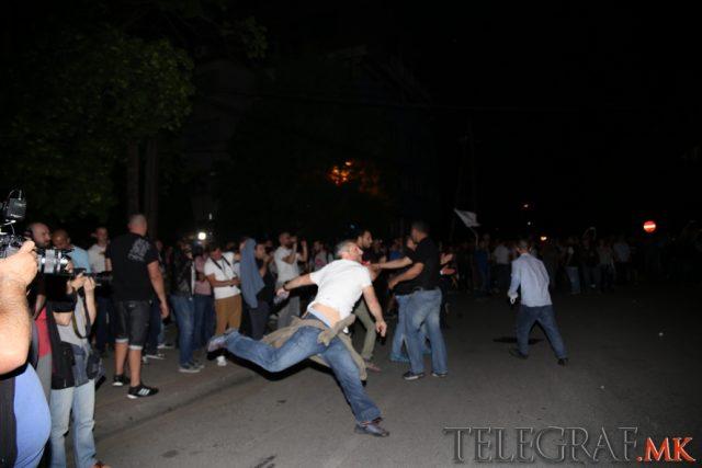 ФОТО: СДСМ, СОРОС и БЕСА повторно удрија на полицијата
