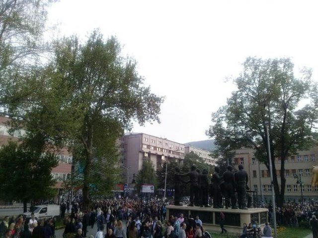 ФОТО: Колони народ од повеќе страни се собираат пред Сoбранието