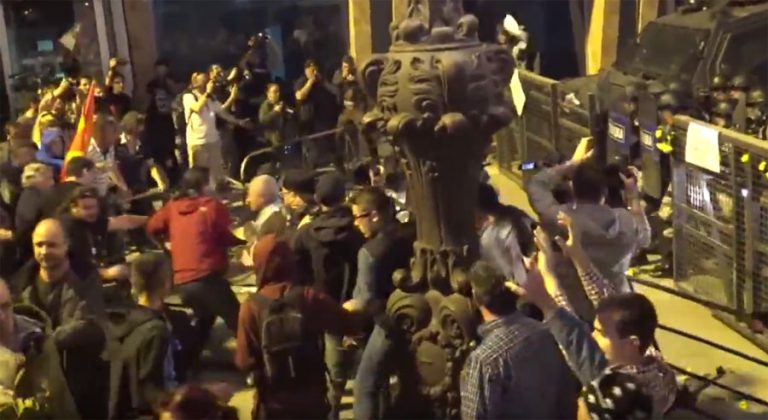 Хулиганите на СДСМ ја распарчуваат Македонија! (ВИДЕО)