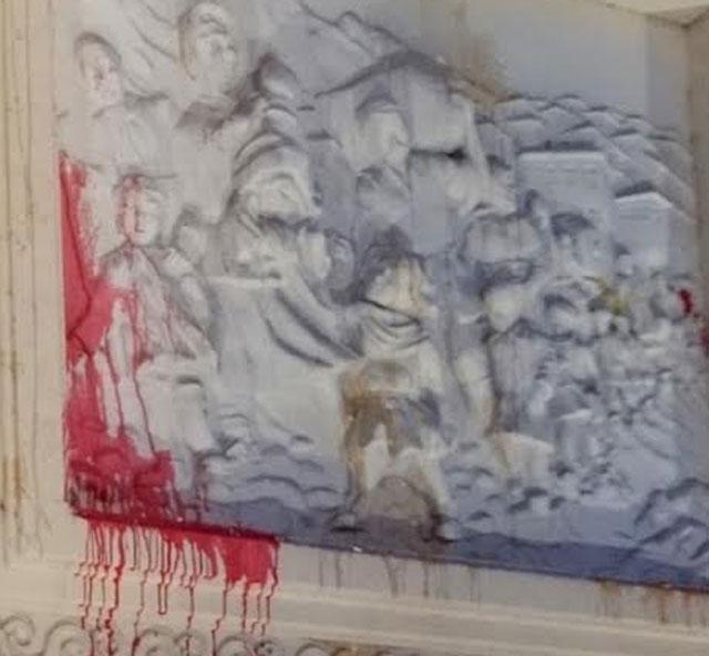 ФОТО: Хулиганите на СДСМ го осквернавија симболот на децата бегалци од Егејска Македонија