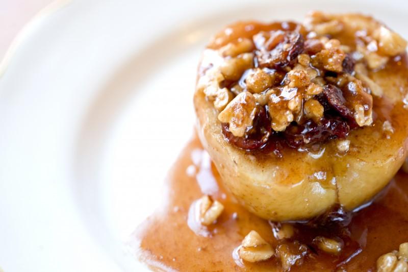 Вкусен десерт: Полнети јаболки со мед