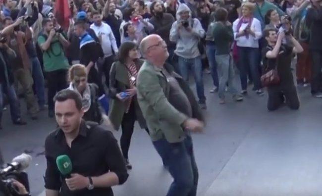Гордан Калајџиев фрла со боја на протестите