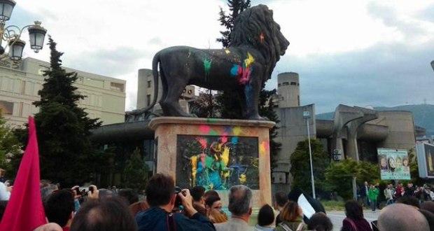 ФОТО: Осквернавени лавовите на мостот Гоце Делчев