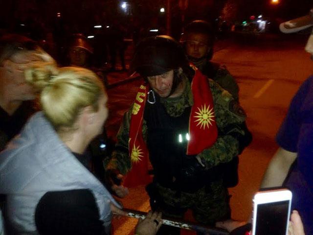 ФОТО: Едни со камења кон полицијата, други со љубов и почит