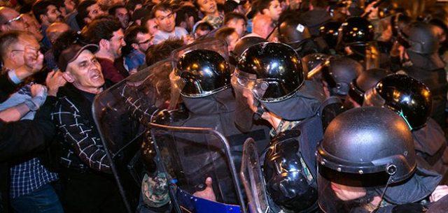 """Курир"": Срби, Грци и Албанци уфрлени на антидржавните протести"