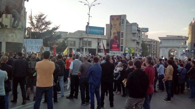 ФОТО: На протестот на СДСМ и СОРОС се собраа две до три илјади лица