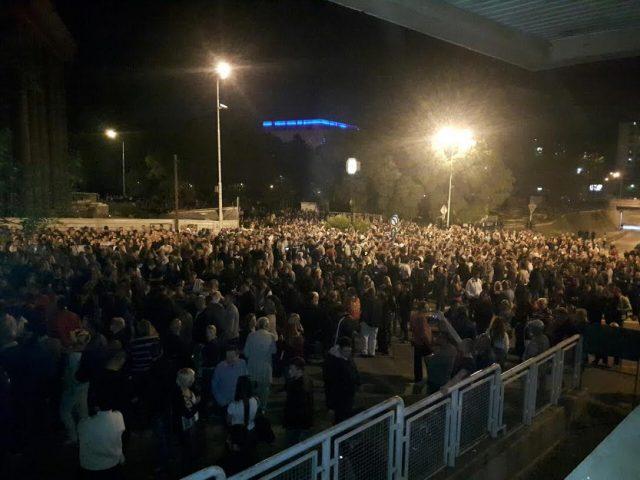 ФОТО: Народот пред седиштето на СДСМ порача: Ајде на избори!