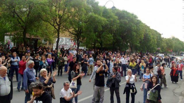 ФОТО: Стотина дежурни демонстранти на СОРОС го започнаа протестот пред СЈО
