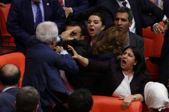 Тепачка во турскиот парламент  (ВИДЕО)
