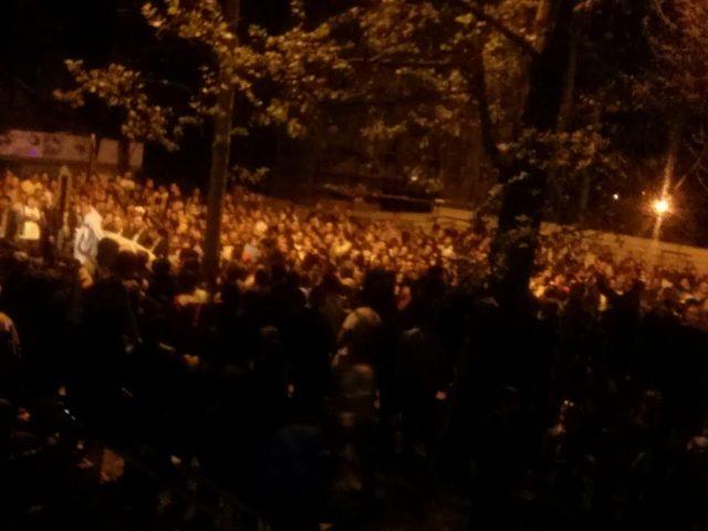 ФОТО: Толпата која протестира против аболицијата на Заев се упати кон СДСМ