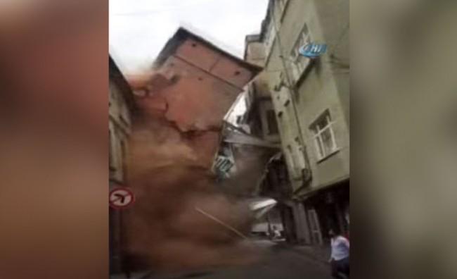 Се урна петкатница во Истанбул