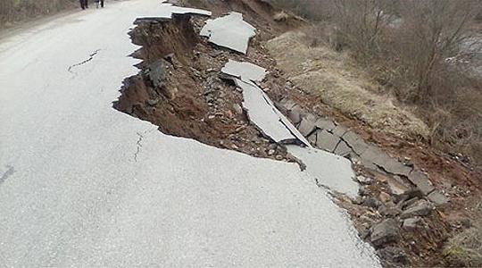Од дождот однесена една лента од патот кон Ски центар Кожув, кал на патот Удово-Валандово