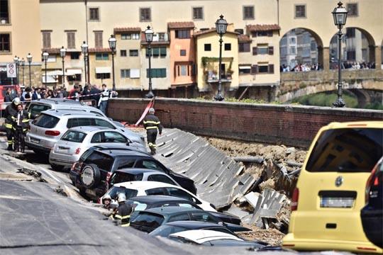 Видео: Оштетени 20-на возила при уривање на крајбрежно шеталиште во Фиренца
