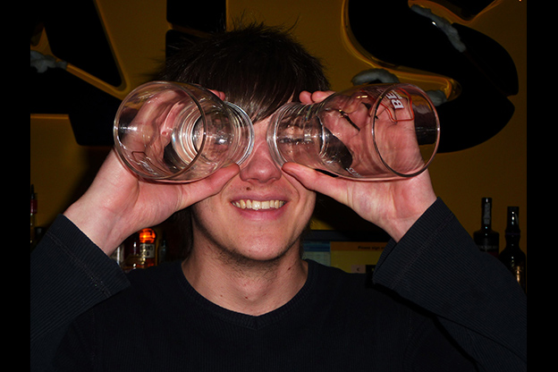 Чаша алкохол ја зголемува атрактивноста