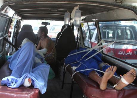 Авганистан: 52 загинати и 73 ранети во судар на два автобуси и цистерна
