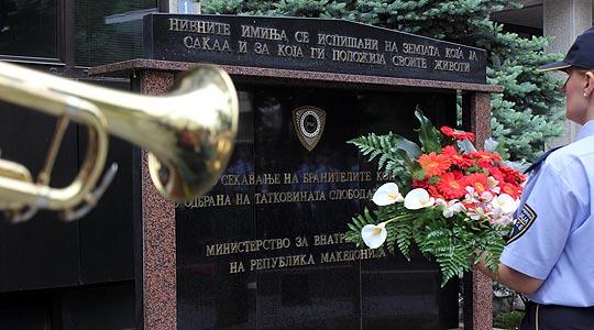 Делегации од МВР ќе им оддадат почит на загинатите полицајци во настаните во Диво насеље