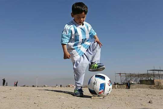 На детето што доби дрес од Меси животот му се претвори во кошмар