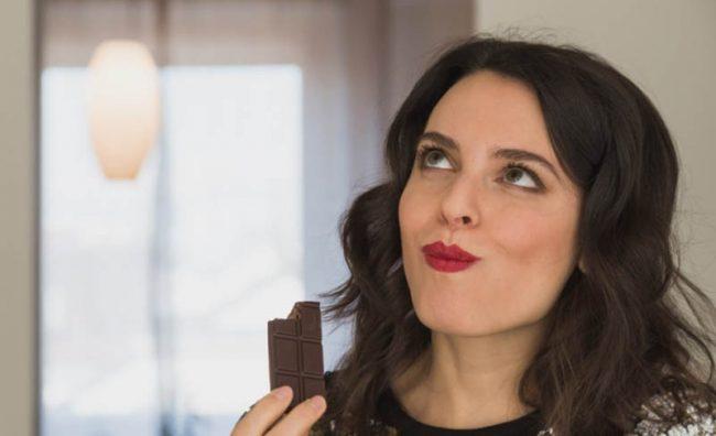 devojka-jede-cokoladu_800