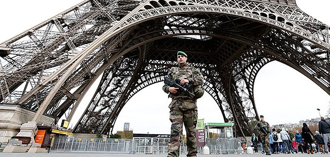 Франција ја продолжи вонредната состојба