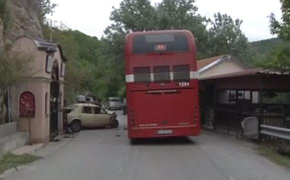 Тешка сообраќајка кај Катланово, едно лице загина во судир на автомобил и автобус