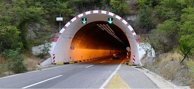 Се осветлува тунелот кај Катланово, сообраќајот по една лента