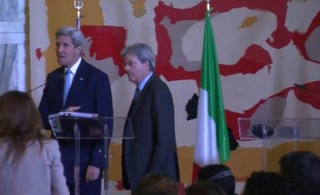 Новинарка го нападна Кери во Рим: Вие ја создадовте Исламската држава!