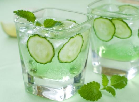Зошто да почнете да пиете вода со краставици?