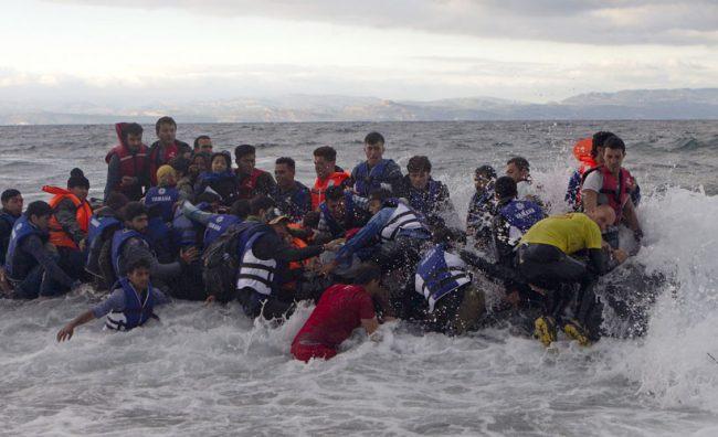 Мигранти со гумени чамци пристигнуваат во Грција, ФОТО: Ројтерс